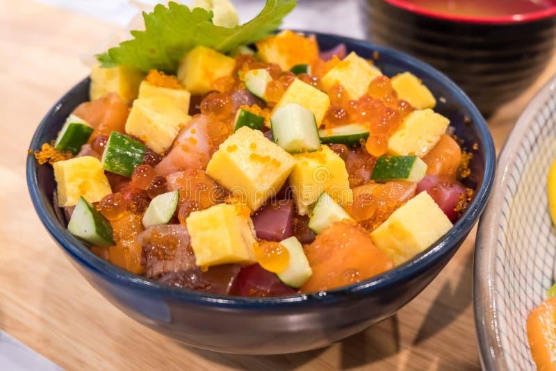 Schüssel gemischte rohe Fische auf Reis mit Ei und Gemüse lizenzfreie stockfotos
