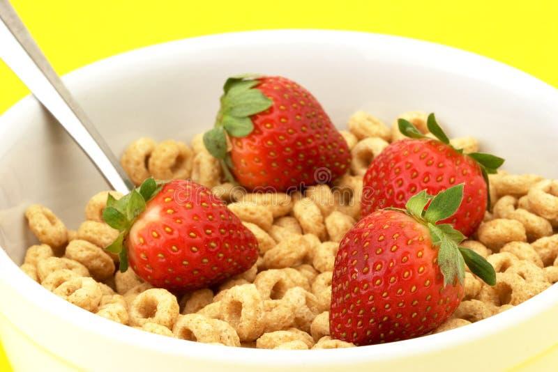 Schüssel Getreide mit Erdbeeren stockfotos