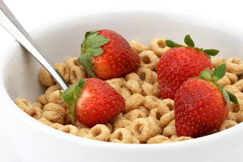 Schüssel Getreide mit Erdbeeren stockbilder