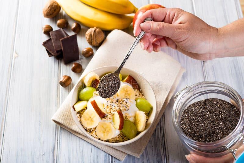 Schüssel Getreide- und chiasamen Gesundes Frühstück lizenzfreies stockbild