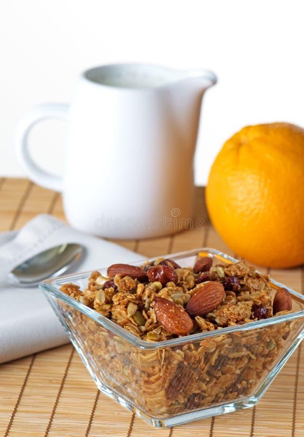 Schüssel Granola mit frischer ausgewählter Orange stockbild