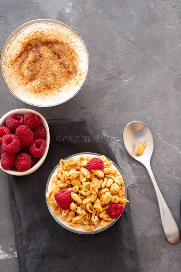 Schüssel Granola mit Jogurt und frischen Beeren auf schwarzem Hintergrund von der Draufsicht Gesunder Frühstück Kopienraum lizenzfreie stockfotos