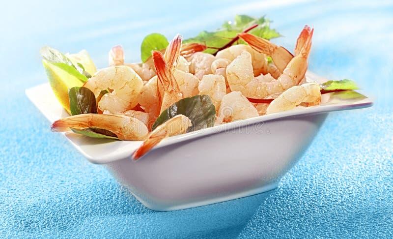 Schüssel köstliche gegrillte Garnelen- oder Garnelenendstücke stockbild