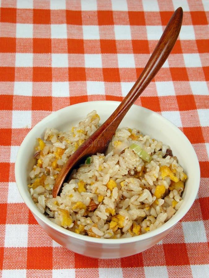 Schüssel mit chinesischem Reis auf einer Tabelle stockfoto
