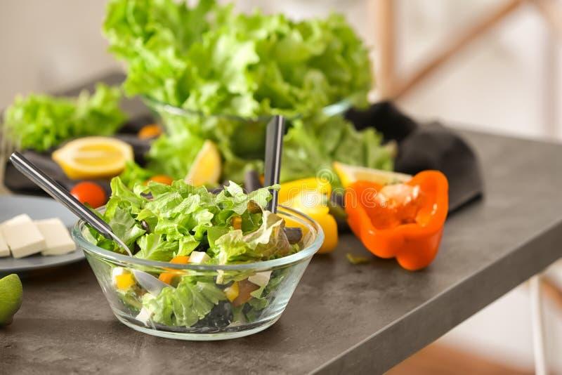 Schüssel mit frischem Salat auf Tabelle N?hren Sie Nahrung stockfoto
