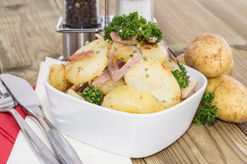 Schüssel mit gebratenen Kartoffeln lizenzfreie stockbilder