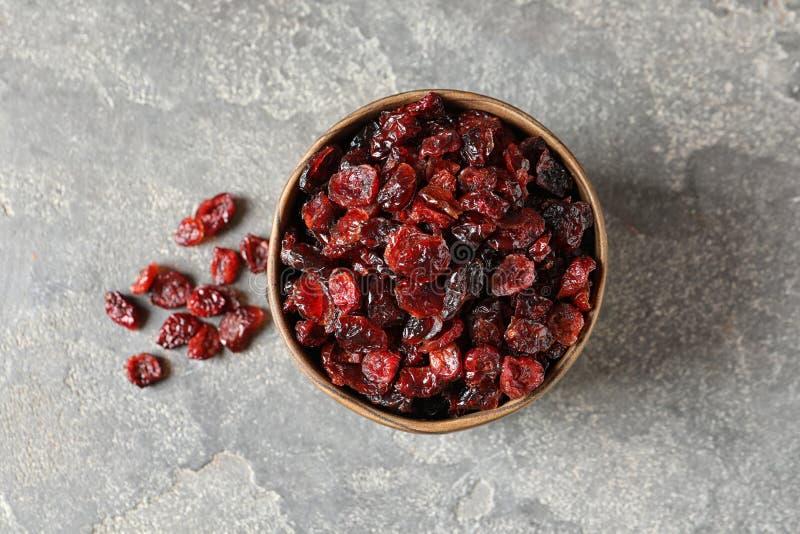Schüssel mit süßen Moosbeeren auf Farbhintergrund Trockenfrüchte als gesunder Imbiss lizenzfreie stockfotos
