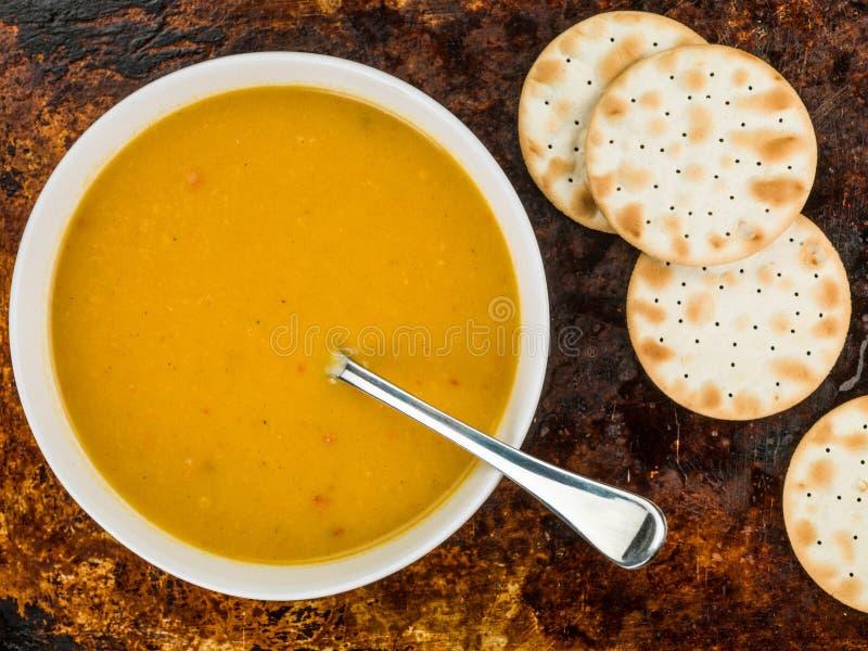 Schüssel Moschuskürbis-und Süßkartoffel-Suppe lizenzfreie stockfotografie