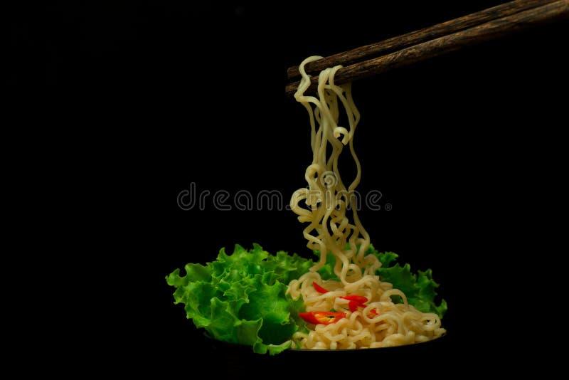 Schüssel Nudeln mit dem Gemüse lokalisiert auf Schwarzem, getrockneter Chinese lizenzfreie stockbilder