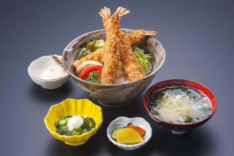 Schüssel Reis mit gebratener Tempuragarnele und Meerespflanzensuppe lizenzfreie stockbilder