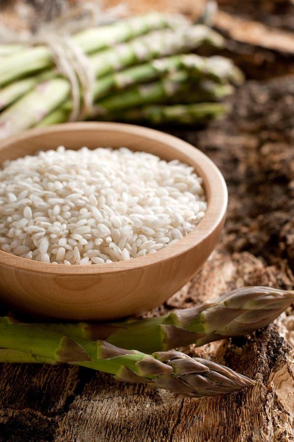 Schüssel Reis mit Spargel stockbild