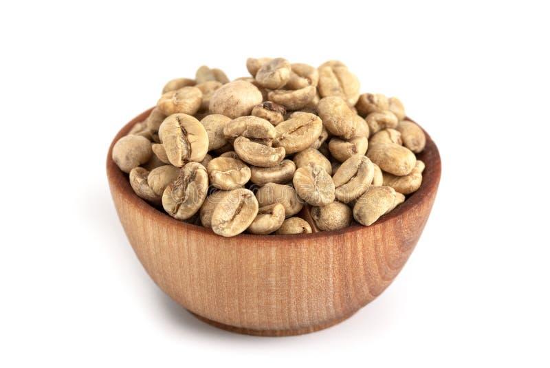 Schüssel rohe Rohkaffee-Bohnen auf einem weißen Hintergrund stockbild