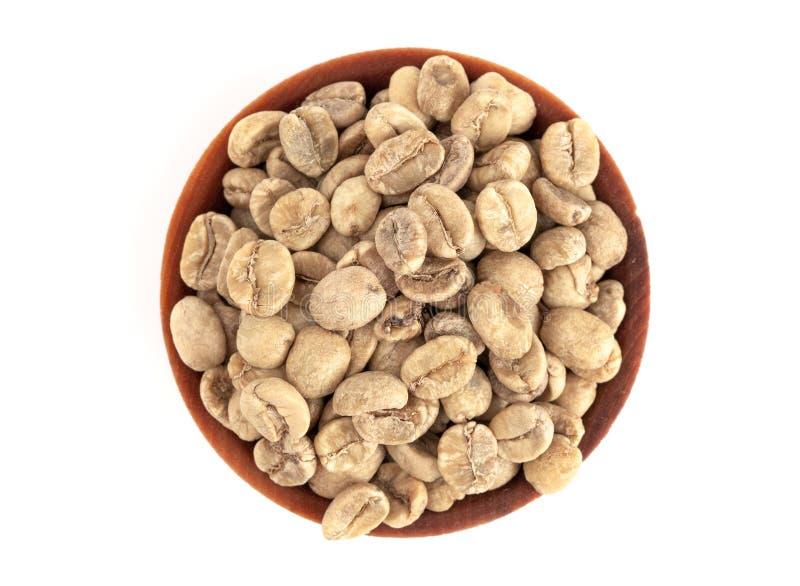 Schüssel rohe Rohkaffee-Bohnen auf einem weißen Hintergrund stockfotografie