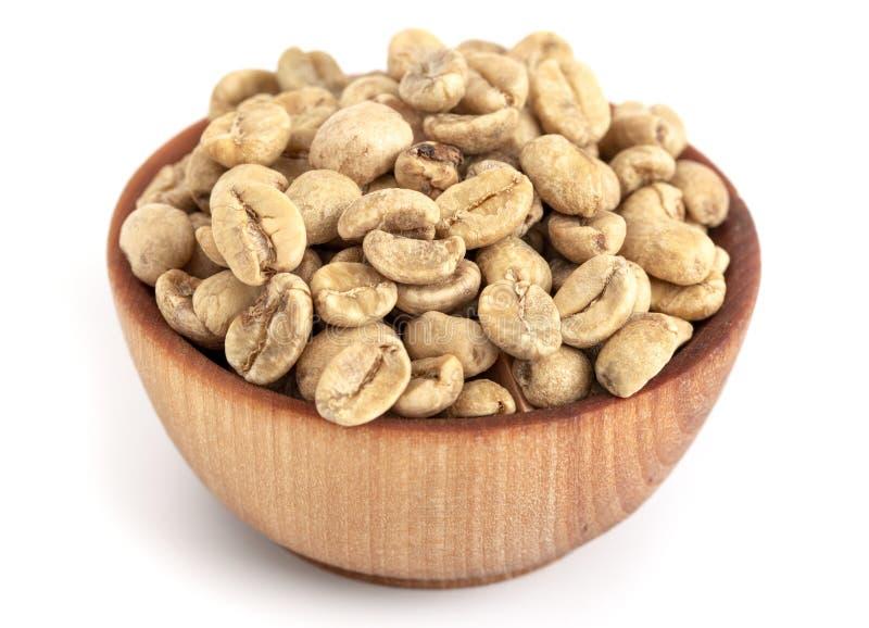 Schüssel rohe Rohkaffee-Bohnen auf einem weißen Hintergrund lizenzfreies stockfoto