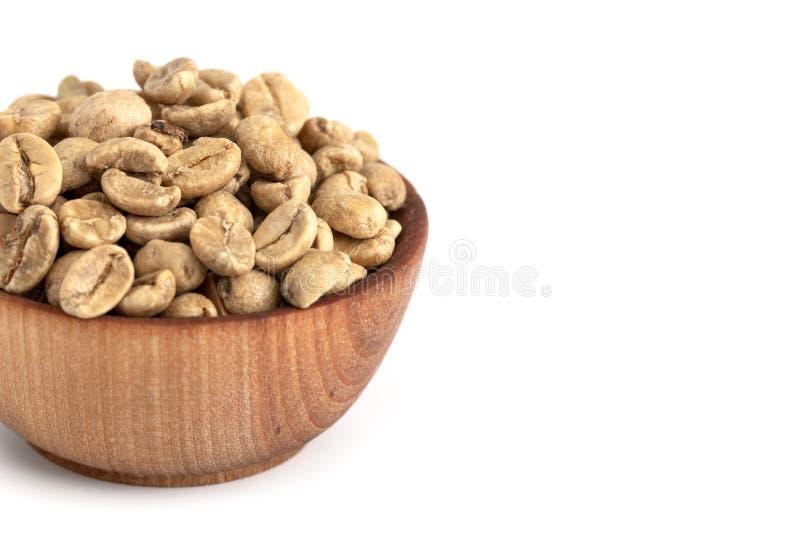 Schüssel rohe Rohkaffee-Bohnen auf einem weißen Hintergrund lizenzfreie stockfotos
