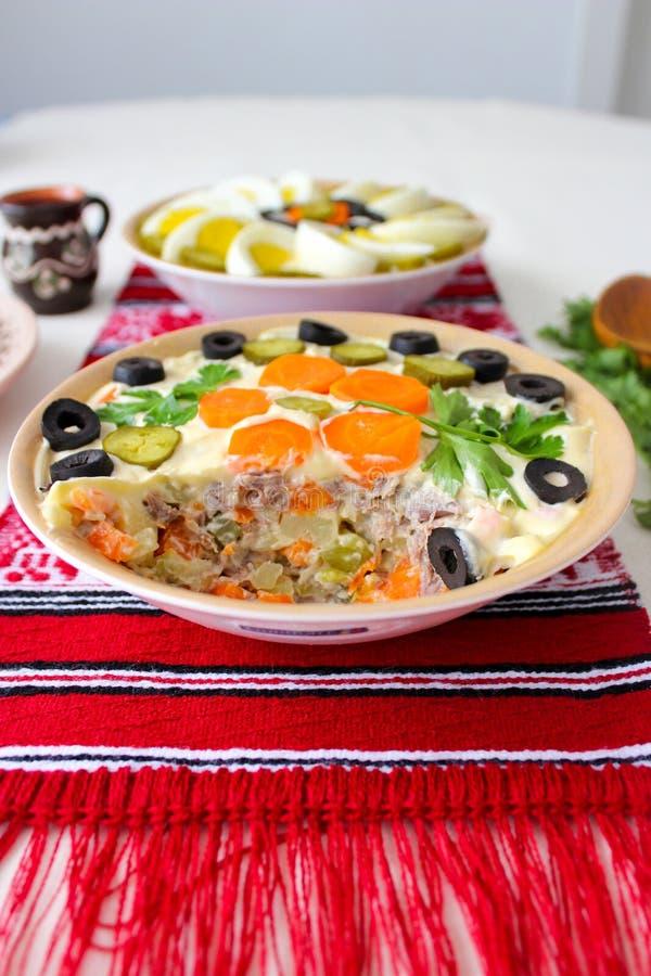 Schüssel Salat mit Majonäse, Gemüse und Eier, Russe-Olivier-Salat oder Rumäne Boeuf-Salat stockfotografie