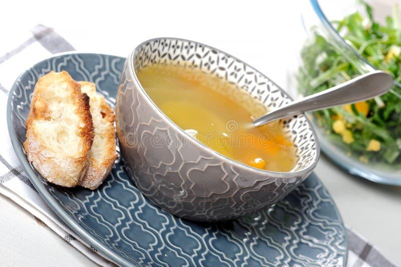 Schüssel Suppe mit grünem Salat stockfotografie