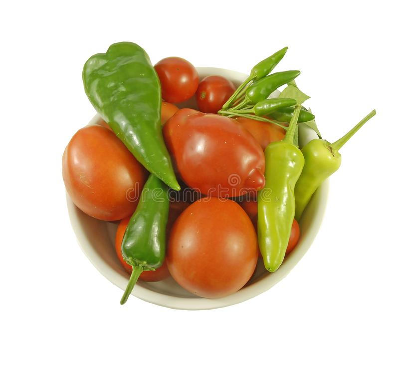 Schüssel Tomaten und grüne Paprikas stockbilder