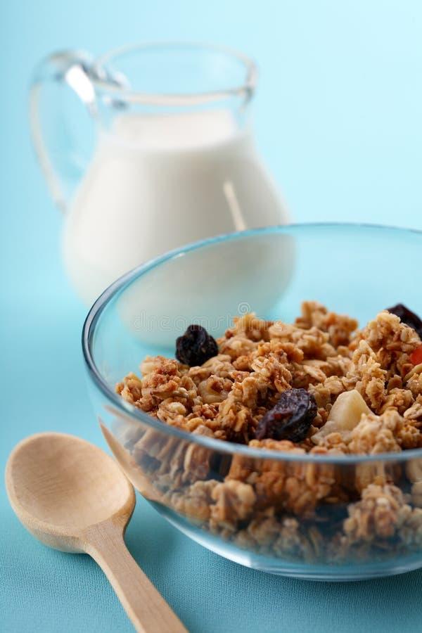 Schüssel voll musli mit Milch, gesundes Frühstück stockfotos
