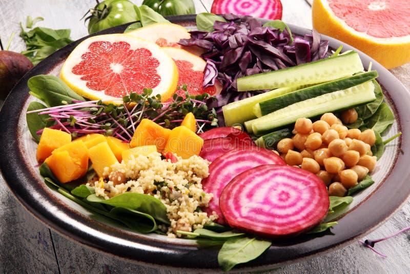 Schüssel von Buddha, das Konzept einer gesunden Diät: Kichererbsen, Salat, Rote-Bete-Wurzeln, Kürbis, Gurke, Pampelmuse, Kohl und stockbild