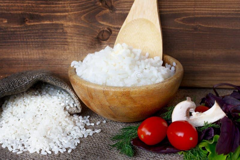 Schüssel von gekocht ringsum Reis lizenzfreies stockbild