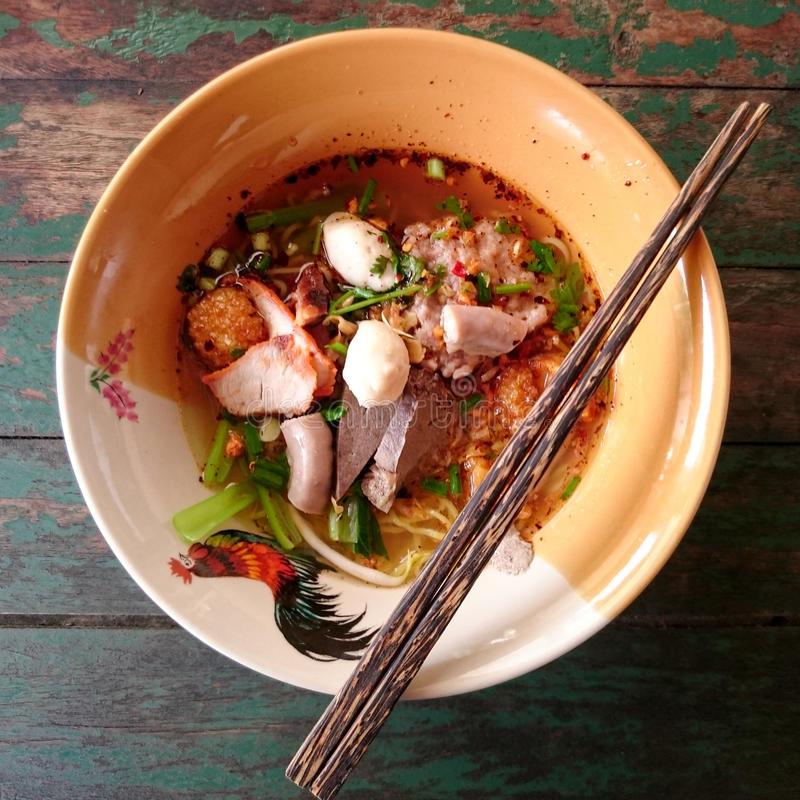Schüssel würzige Nudeln mit Gemüse, Schweinefleisch- und Fischball lizenzfreie stockfotografie