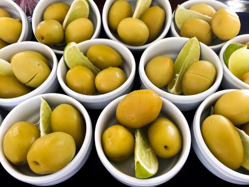 Schüsseln gefüllt mit neuen Oliven stockfoto
