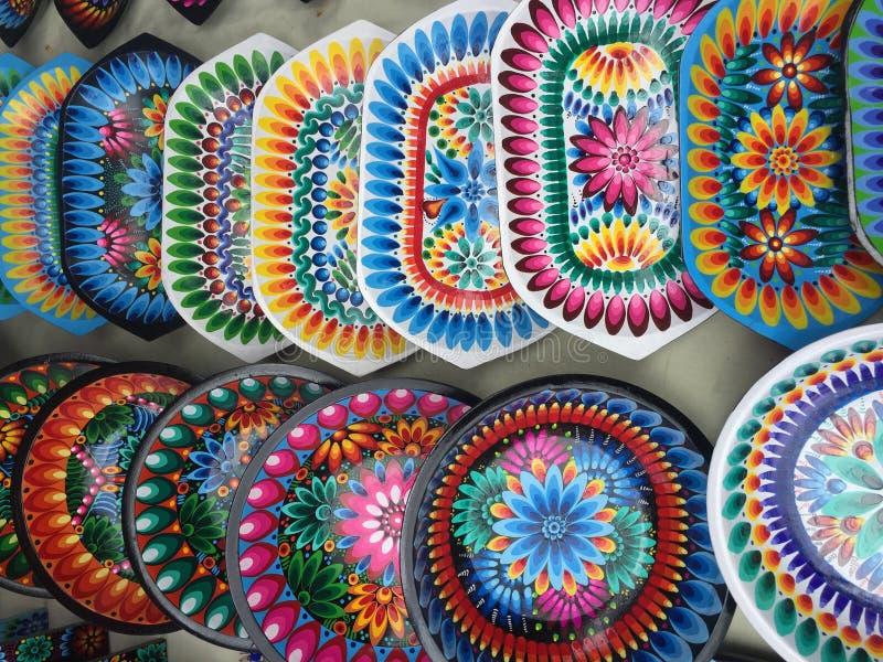 Schüsseln mit colorfull Mustern, größtenteils Blumen und Blättern in Ecuador lizenzfreies stockfoto
