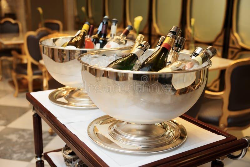Schüsseln mit gefrorenem Champagner stockfotografie