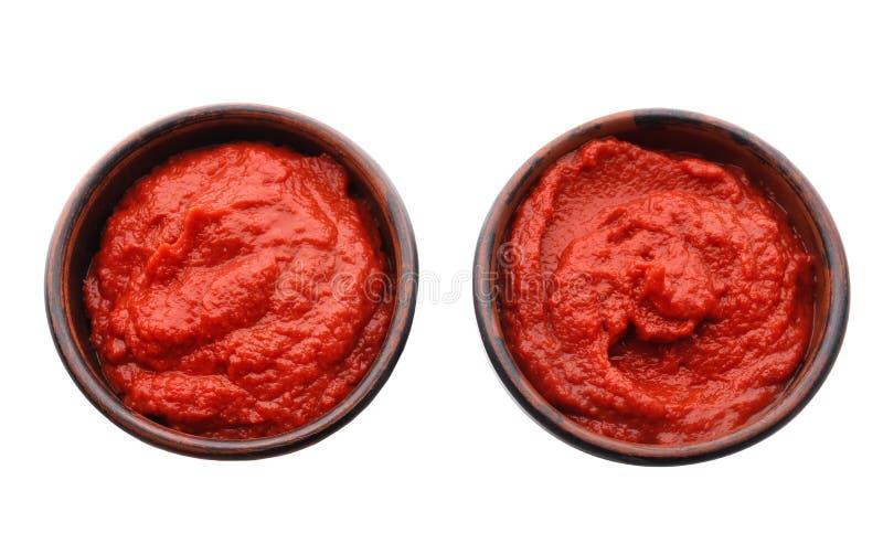Schüsseln mit köstlicher Tomatensauce auf weißem Hintergrund stockbild
