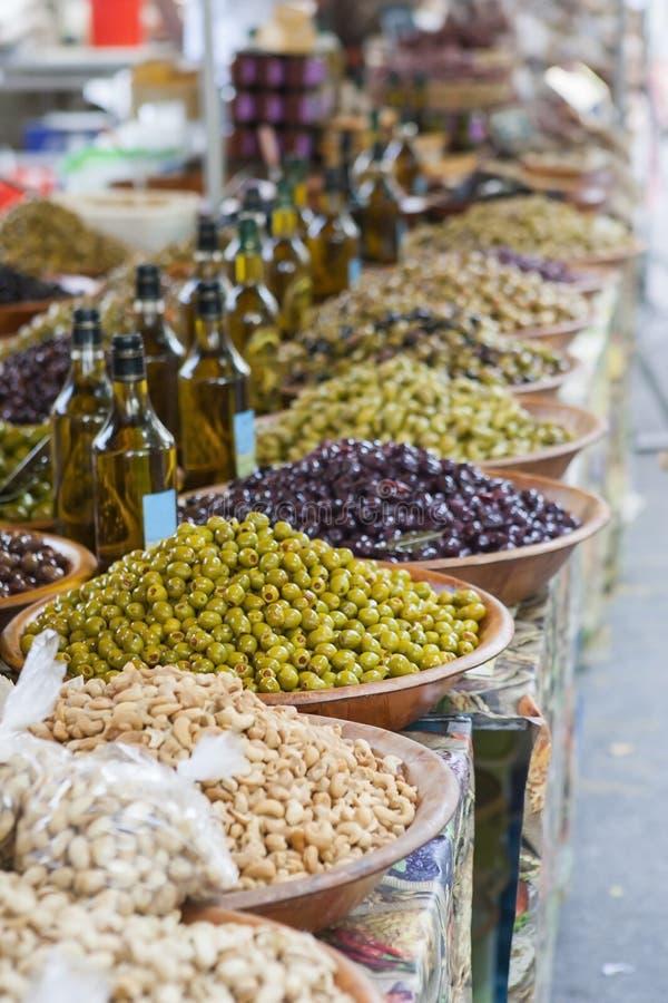Schüsseln Oliven an einem Markt lizenzfreie stockbilder
