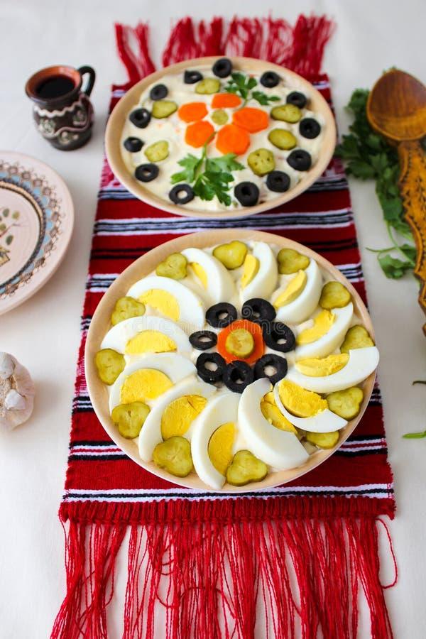 Schüsseln Salat mit Majonäse, Gemüse und Eier, Russe-Olivier-Salat oder Rumäne Boeuf-Salat lizenzfreie stockbilder