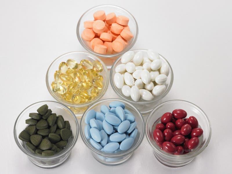 Schüsseln verschiedene Medizin lizenzfreies stockbild