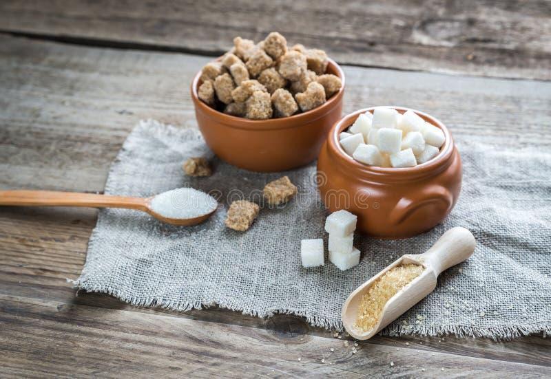 Schüsseln weißer und brauner Zucker lizenzfreie stockbilder