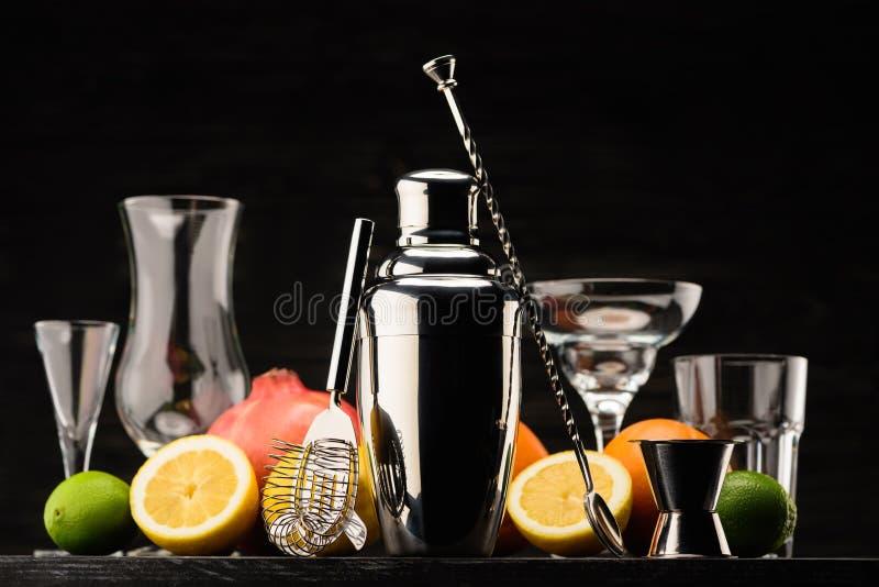 Schüttel-Apparat für die Zubereitung des Alkoholcocktails, der leeren Gläser und der Früchte auf Tabelle stockbilder
