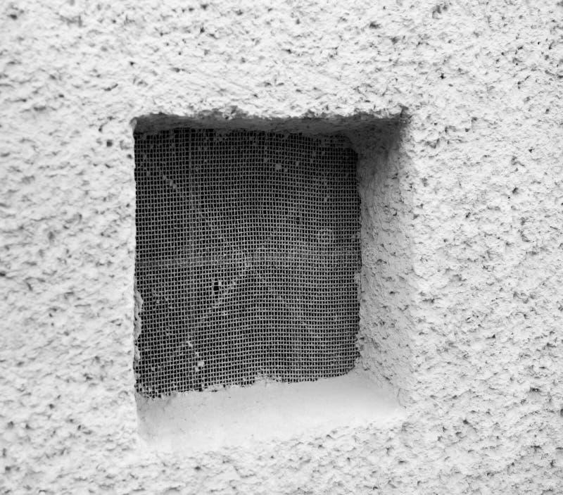 Schützende Metallgitter oder -grill auf dem Kellerfenster lizenzfreie stockbilder