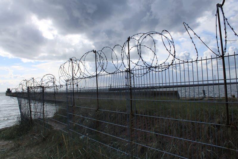 Schützender Zaun auf dem Seeufer lizenzfreie stockfotografie