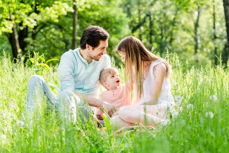 Schützendes Kind der Familie, das Sohn in der Mitte nimmt lizenzfreie stockbilder