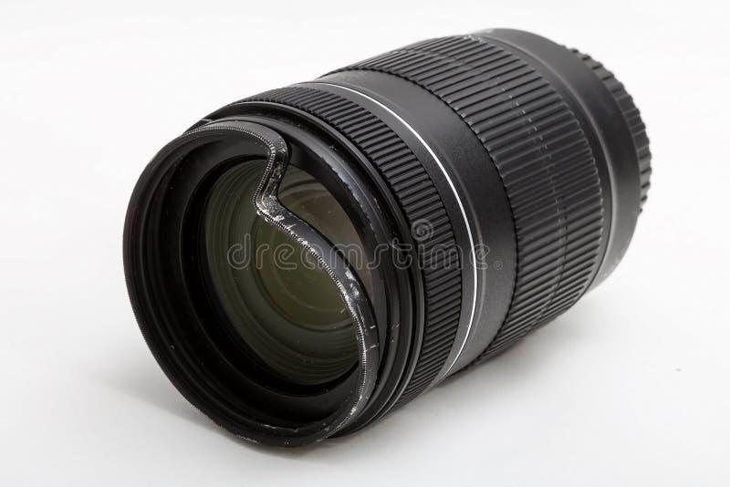 Sch?digendes und defektes Zoomobjektiv f?r die Digitalkamera, beulte sch?tzenden UV-Filter ein Vorderseitee Nahaufnahmeansicht Zu lizenzfreie stockfotos