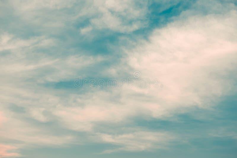 Sch?n vom Hintergrund der abstrakten Cirrocumuluswolke und des blauen Himmels f?r Prognose und Meteorologiekonzept lizenzfreie stockfotografie