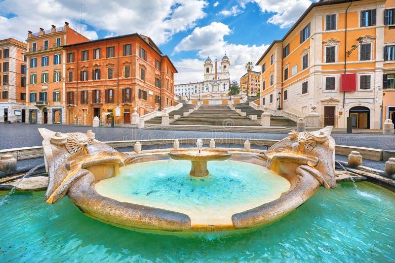 Sch?ne alte Fenster in Rom (Italien) Brunnen des Bootes Piazza di Spagna stockfoto