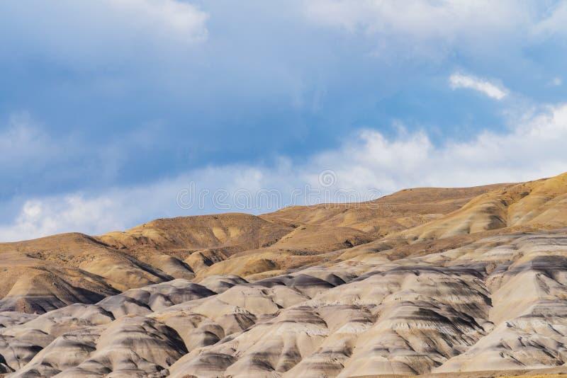 Sch?ne Ansicht des Sandsteinberges mit trockenem gelbem goldenem Gras mit Wolkenhimmel auf dem Weg von EL Calafate zu EL Chalten  stockbilder