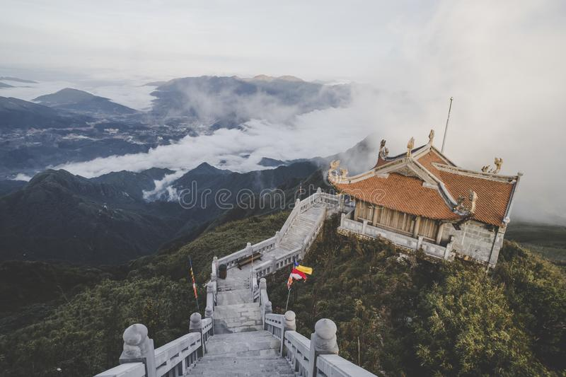 Sch?ne Ansicht von Fansipan-Berg mit einem buddhistischen Tempel SaPa, Lao Cai Province stockfotografie