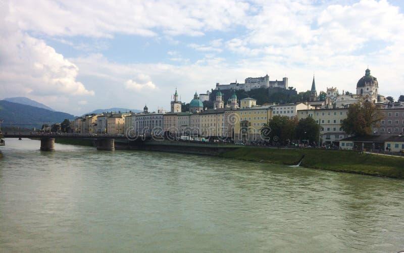 Sch?ne Ansicht von Salzburg-Skylinen mit Fluss Festung Hohensalzburg und Salzach im Sommer, Salzburg, Salzburger-Land, ?sterreich lizenzfreie stockfotos