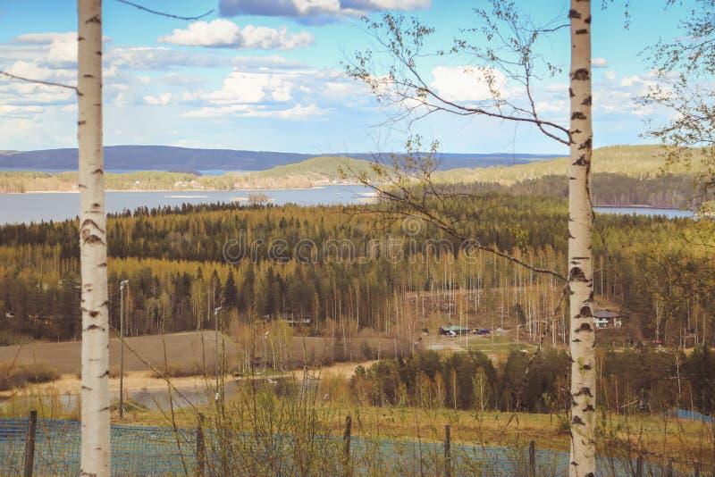 Sch?ne Ansichten der Berge zu den Seen, zu den H?usern, zu den Birken und zur Waldfinnischen Landschaft Seen und Tal Karelien lizenzfreie stockbilder