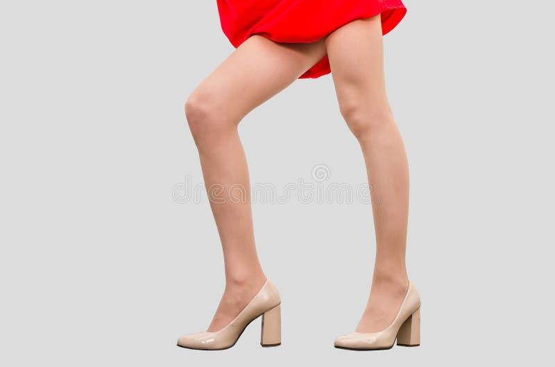 M?dchen Im Roten Kleid Bedr?ngte Ihre H?nde Zum Magen ...