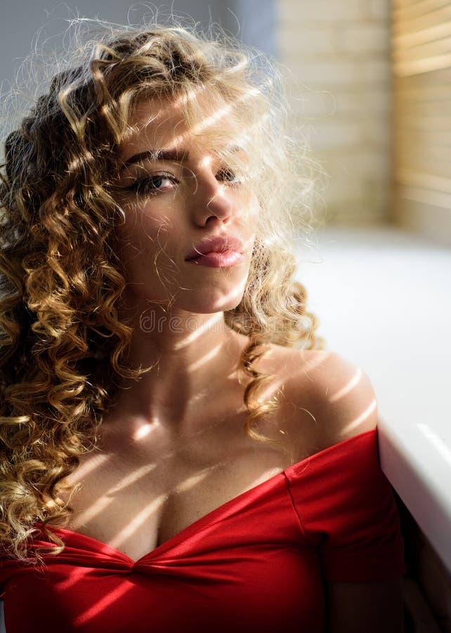 Sch?ne Frau Gl?nzendes lockiges Haar Schöne vorbildliche Frau mit gewellter Frisur und perfektem Make-up stockfotografie