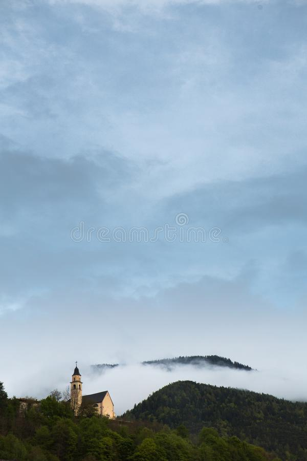 Sch?ne Gebirgslandschaft in den Alpen mit frischen gr?nen Wiesen in der Bl?te an einem sch?nen sonnigen Tag im Fr?hjahr Dolomiti- lizenzfreies stockbild