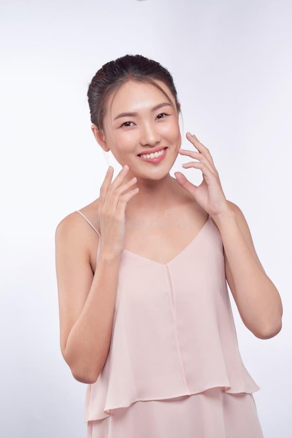 Sch?ne junge asiatische Frau mit sauberem neuem Hautblick stockfotos