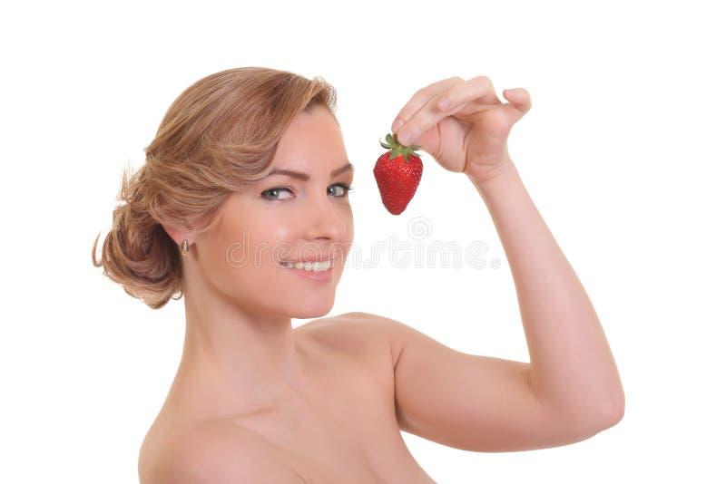 Sch?ne junge blonde Frau mit Erdbeere stockbild